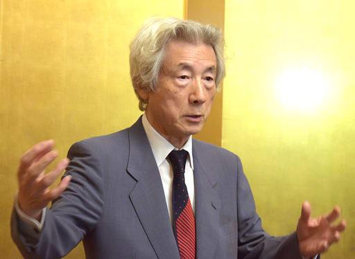 講演を終えて報道陣の質問に答える小泉純一郎氏=13日、大阪市北区