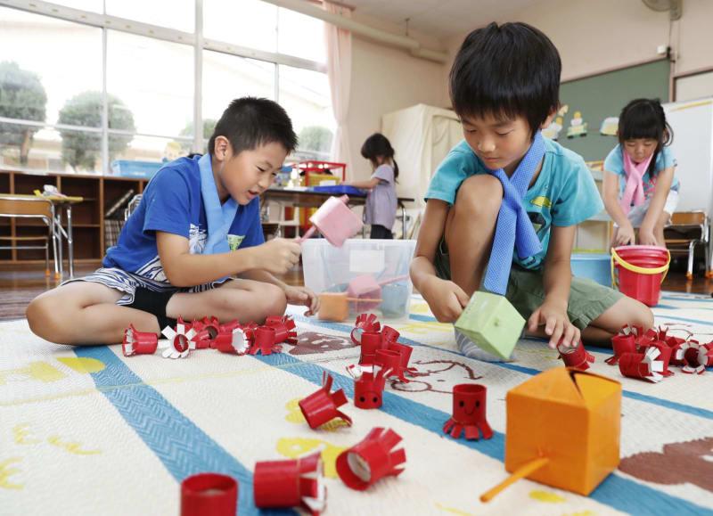 岡山県倉敷市真備町地区の市立岡田幼稚園で開かれた臨時保育ルームで遊ぶ子どもたち=14日午前