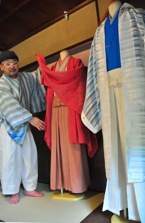 着やすい工夫を凝らしたはかまなどを販売する「和次元 滴や」(京都市下京区)