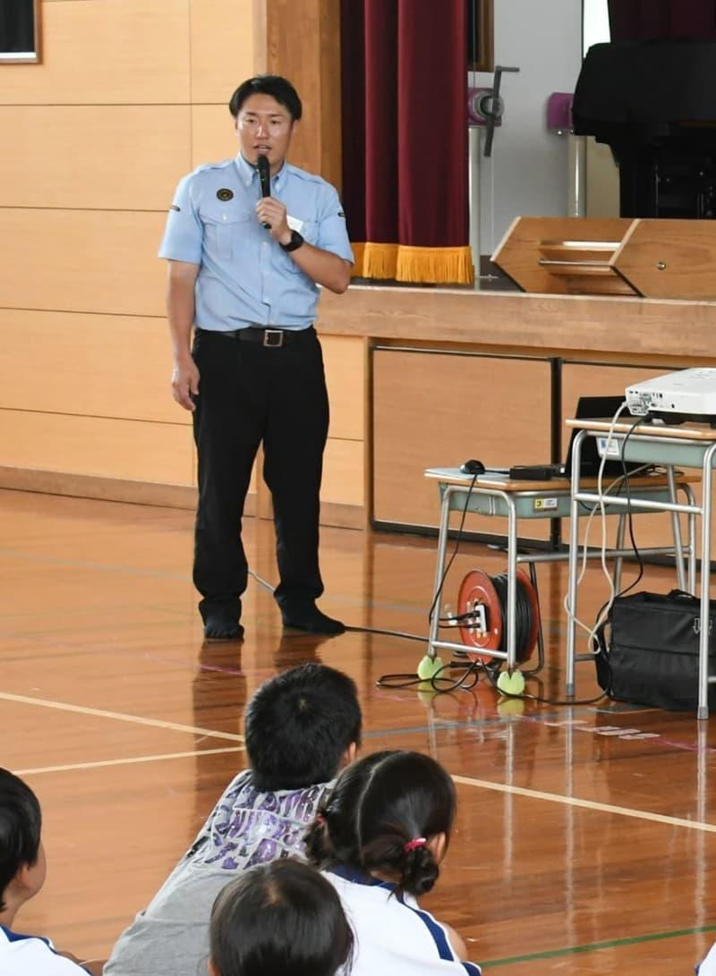 安全講習会で児童に注意点を説明するJR九州佐賀鉄道部本所の髙山さん=佐賀市の兵庫小