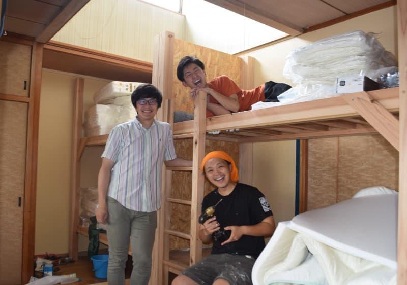 ゲストハウス開業の準備を進める(前列中央から時計回りに)佐山春さん、早川輝さん、村井旬さん。観光と交流の新たな拠点を目指す