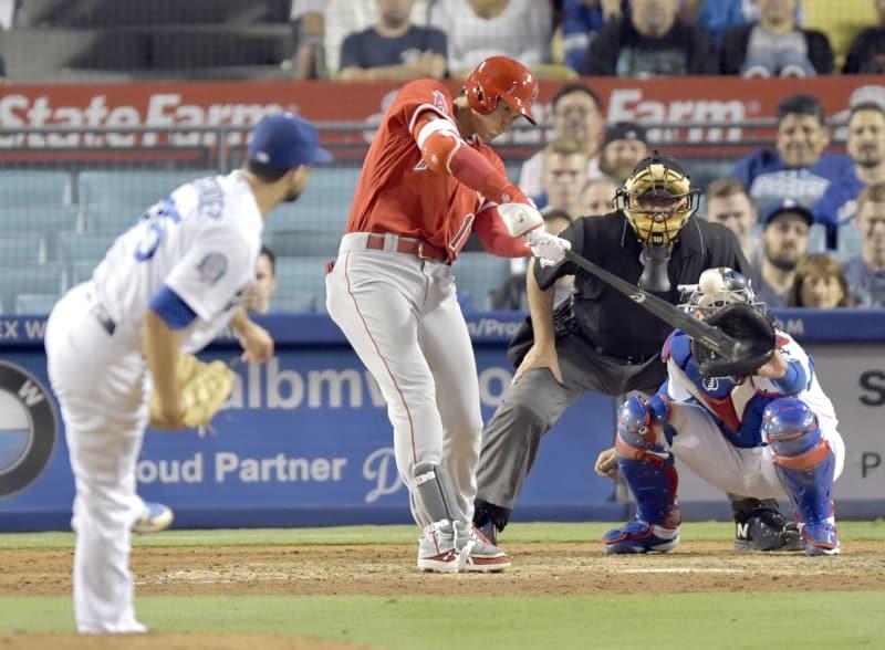 ドジャース戦の9回、代打で左中間二塁打を放つエンゼルス・大谷。投手アレクサンダー=ロサンゼルス(共同)