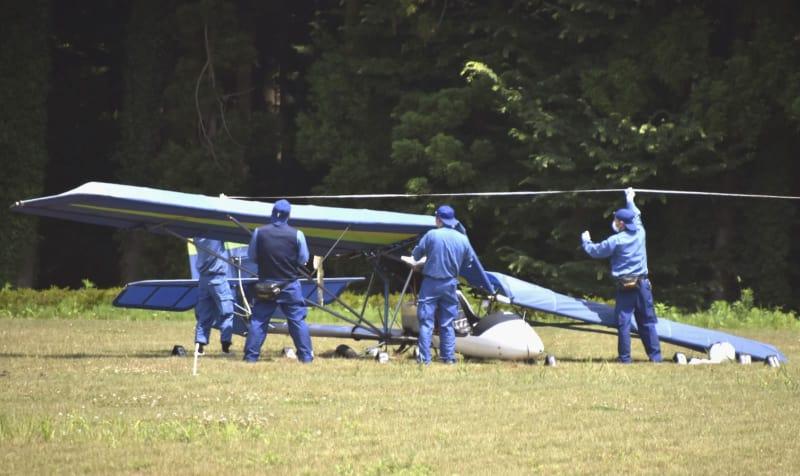 水戸市の空き地に墜落した超軽量飛行機=14日午後1時20分