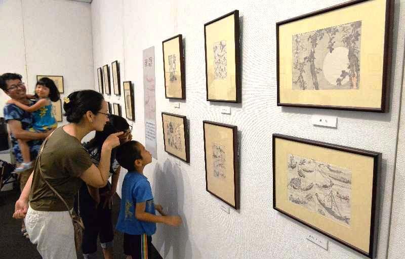 オープンと同時に多くの人たちが訪れた「北斎展」=14日午前、浦添市美術館