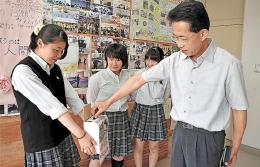 募金活動に取り組む生徒たち