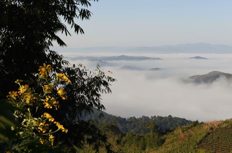 雲や霧に包まれた山里 雲南省瀾...
