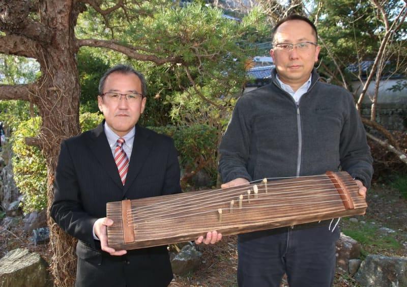 万葉集ゆかりの琴を制作した桟原さん(左)と小田さん=対馬市厳原町。