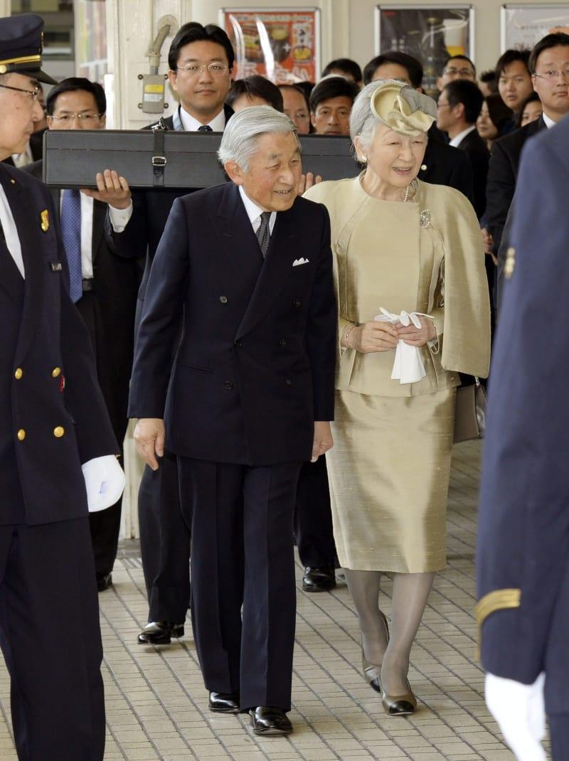 2014年3月、伊勢神宮参拝のため、東京駅を出発される天皇、皇后両陛下。侍従が黒いケースに入った「三種の神器」の剣を掲げ随行した