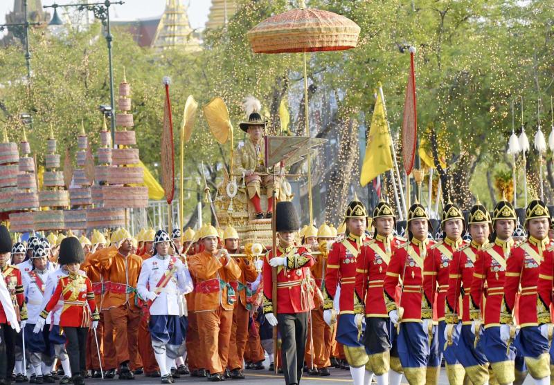 タイ国王が祝賀パレード 戴冠式2...