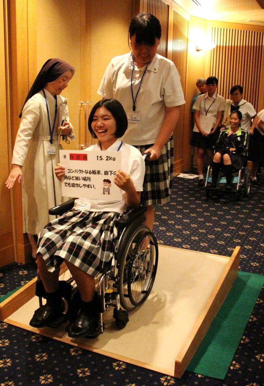 車いすを体験する高校生=長崎ブリックホール