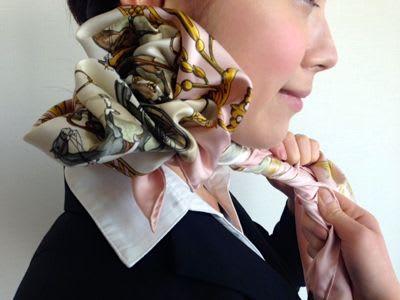 """意外と簡単!元CAが伝授する美人度UP間違いなしのスカーフを使った""""薔薇巻き""""スタイル"""