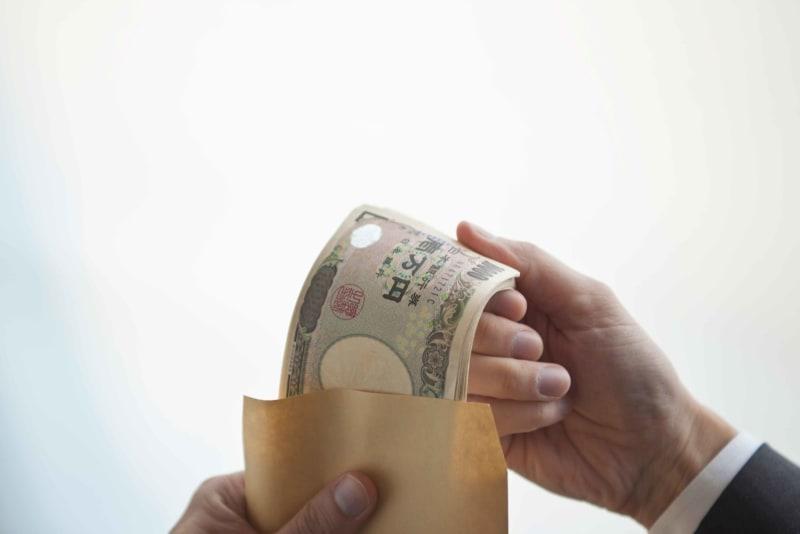 もしお金が落ちていたら拾う? 面倒なので無視する人がいる一方で… 落ちてるお金を拾った場合には、警察に届ける必要がある。それが面倒なので、拾わない人もいるが…