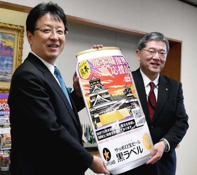 「熊本城復興応援缶」の発売を大西一史市長(左)に報告した岩尾陽二郎九州本部長
