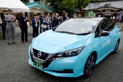 出発式で、おしろタクシーが導入した新型リーフのタクシーを見送る関係者ら