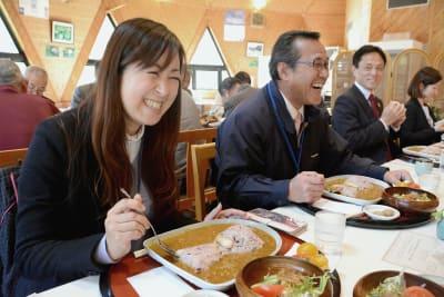 古墳を再現したカレーに笑みをこぼす試食会の参加者
