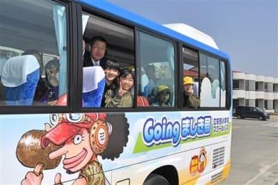 人気漫画「ワンピース」のキャラクターが描かれた広安西小の新しいスクールバス「Goingましき号」に乗り込んで試乗に出発する子どもたち