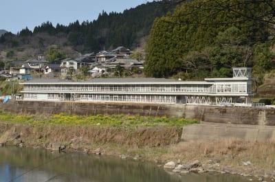 荒瀬ダムの撤去に伴い、解体方針が示された市営ボートハウス