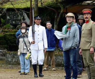 「いだてん~東京オリムピック噺~」のロケに臨む中村勘九郎さん(左から3人目)