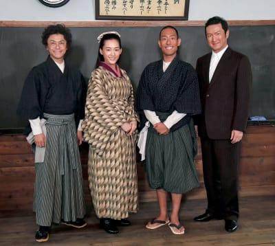 「いだてん~東京オリムピック噺~」のロケ取材会に出席した金栗四三役の中村勘九郎さん(右から2人目)、妻役の綾瀬はるかさん(左から2人目)、兄役の中村獅童さん(右)、幼なじみ役の勝地涼さん