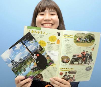 県が作成した移住者希望者向けのガイドブック(右)とパンフレット