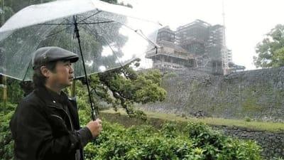 熊本市の加藤神社から熊本城を見つめる山本二三さん