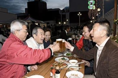 笑顔で乾杯する鶴屋ビアガーデンの来店客