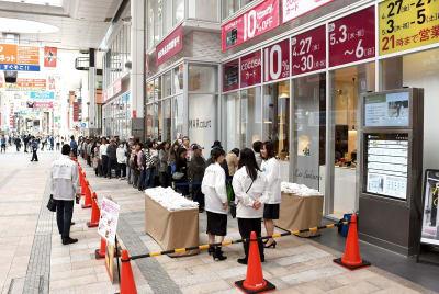 「COCOSA」のオープン1年記念キャンペーンの一環で用意されたプレゼントを受け取ろうと店の前に並ぶ買い物客