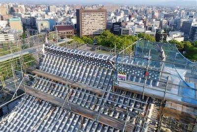 しゃちほこの設置が完了し、2体がそろった熊本城大天守の屋根