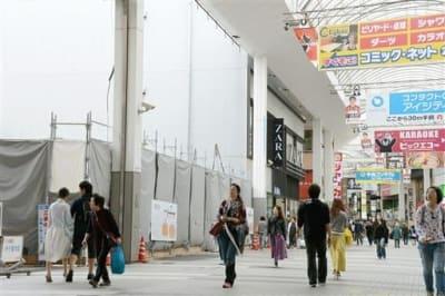 熊本地震で被災した店舗ビルの解体工事が目立つ下通アーケード