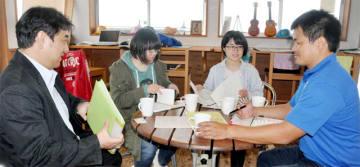 講座の内容について話し合う湯地研究室のメンバーと藤田理事長(右)