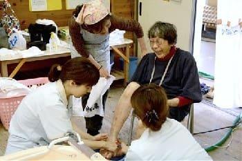 入浴サービスを利用して足浴をするお年寄り=熊本市中央区