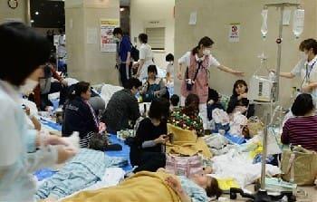 建物が損壊し、1階ロビーに避難する市民病院の患者ら=16日午前、熊本市東区湖東(横井誠)