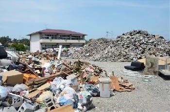 さまざまなごみが混在して捨てられているところもある益城町の災害廃棄物の集積所=20日午後