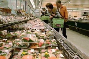 営業を再開したイオン熊本店。刺し身などの生鮮品も並び、買い物客は熱心に品定めをしていた=嘉島町