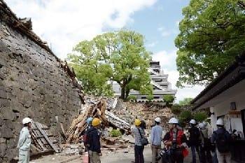 崩落した頬当御門通路の石垣。いつもは多くの観光客でにぎわう場所だ