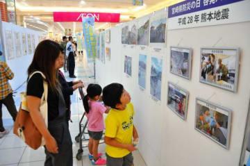パネル展などを通じ、災害の恐ろしさ、備えの大切さを伝えている県防災の日フェア