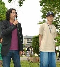 「被災した熊本に長く寄り添っていきたい」と話す行定勲さん(左)と高良健吾さん=熊本市東区
