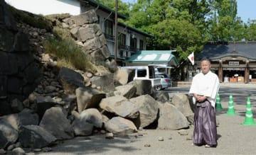 熊本地震で参道の石垣が崩れるなどの被害が出た加藤神社=熊本市中央区