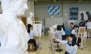 熊本地震を受け、崇城大が開いた石こう像などのデッサン会で、黙々と描き続ける高校生たち=熊本市西区