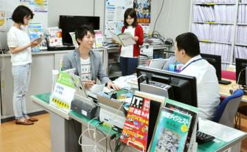 就職活動について学生支援部の職員からアドバイスを受ける学生=31日午後、宮崎市の宮崎大学