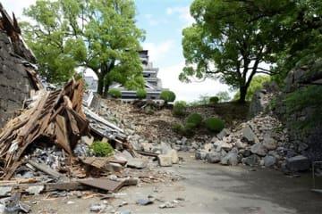 熊本地震の影響で、積み直しが必要な石垣が3割に上った熊本城。復旧費は約350億円になると見られる=5月11日、熊本市中央区