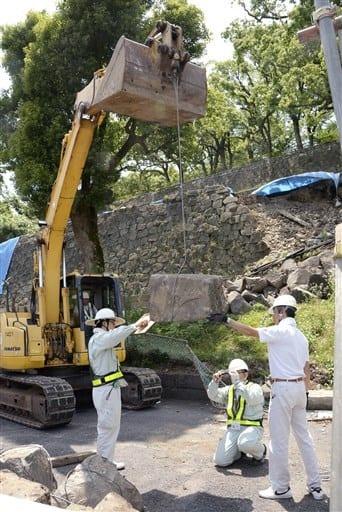 ショベルカーとワイヤを使って行われたお城前駐車場西側石垣の撤去工事=7日、熊本市中央区