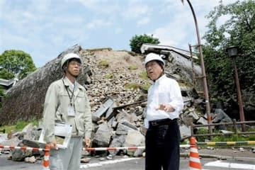 熊本城を視察する鈴木和夫白河市長(右)=熊本市中央区