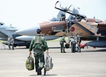 小松基地への移駐のためF15戦闘機に乗り込む飛行教導群のパイロット=10日午前、新富町・新田原基地