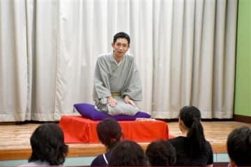 集まった住民らに落語を披露する益城町出身の落語家、三遊亭好吉さん=12日、熊本市中央区