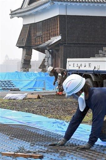 倒壊防止の緊急工事が始まった熊本城飯田丸五階櫓=16日午後、熊本市中央区(横井誠)