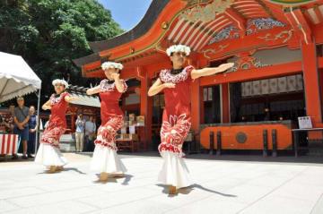 フラダンスの祭典の成功を祈願して境内で奉納された踊り=18日午前、宮崎市・青島神社