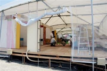 中華料理店、総菜店、理容店など17店が参加し、25日にオープンする「復興市場・屋台村」。急ピッチで開店準備が進む