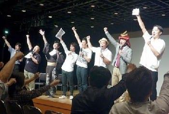 熊本城への熱い思いを語った松村邦洋さん(左から2人目)、ロバートの山本さん(同5人目)、はんにゃの金田さん(右端)ら人気お笑い芸人。左から3人目が発起人の金谷さん=東京・新宿文化センター