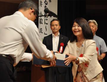 河野知事から記念品を贈られる環境保護に取り組む団体の代表者=30日午後、宮崎市民文化ホール